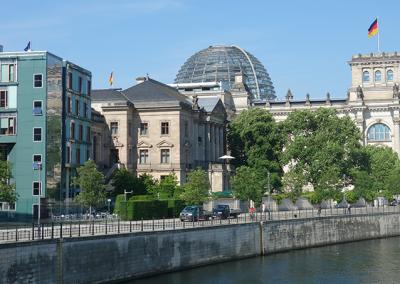 Reichstag mit Wasser